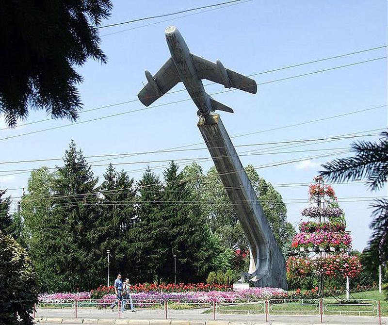 Пам'ятник радянським льотчикам - літак у парку Національного відродження