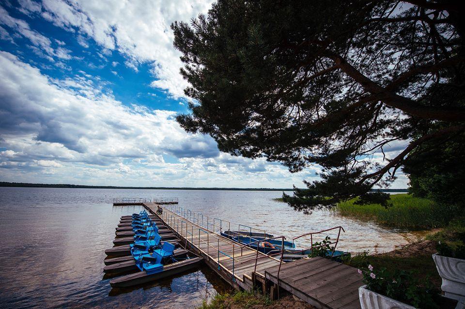 На білому озері можна взяти в оренду човен і покататись