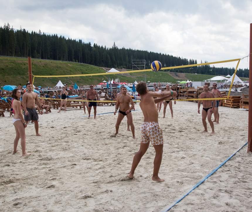 Волейбол на березі озера в Буковелі