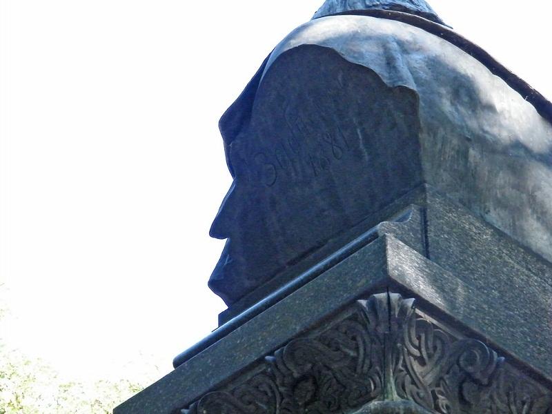 Силует скульптора, «схований» на пам'ятнику