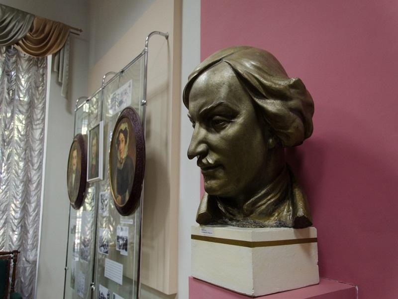 Бюст Гоголя з кімнати-музею при університеті
