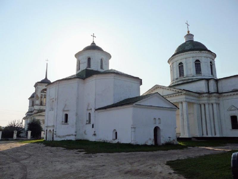 Зліва направо: Троїцька, Михайлівська та Всехсвятська церкви