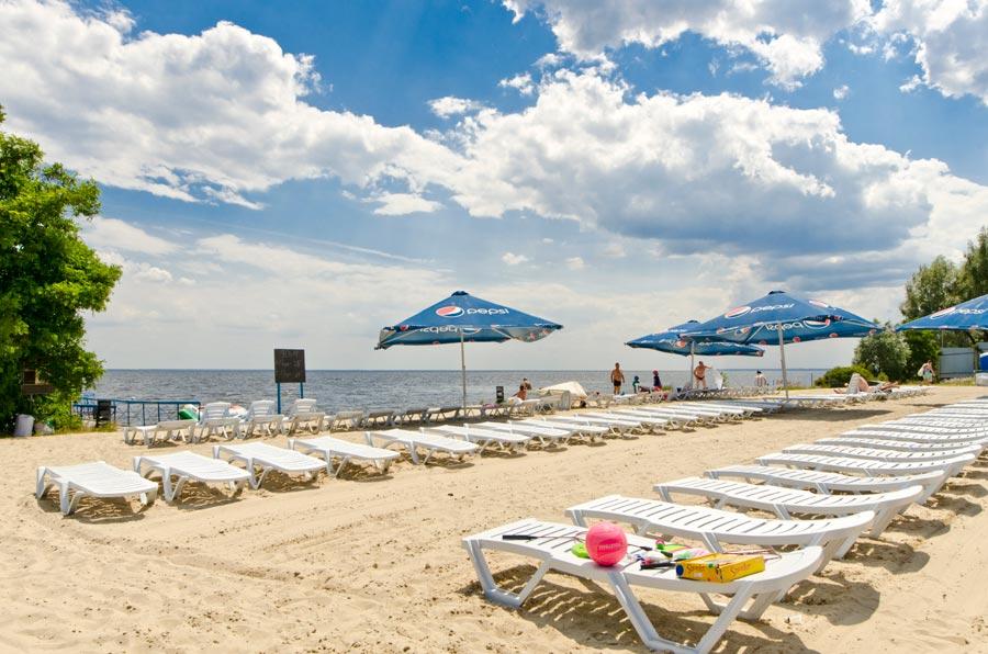 Чудовий пляж на березі Київського водосховища