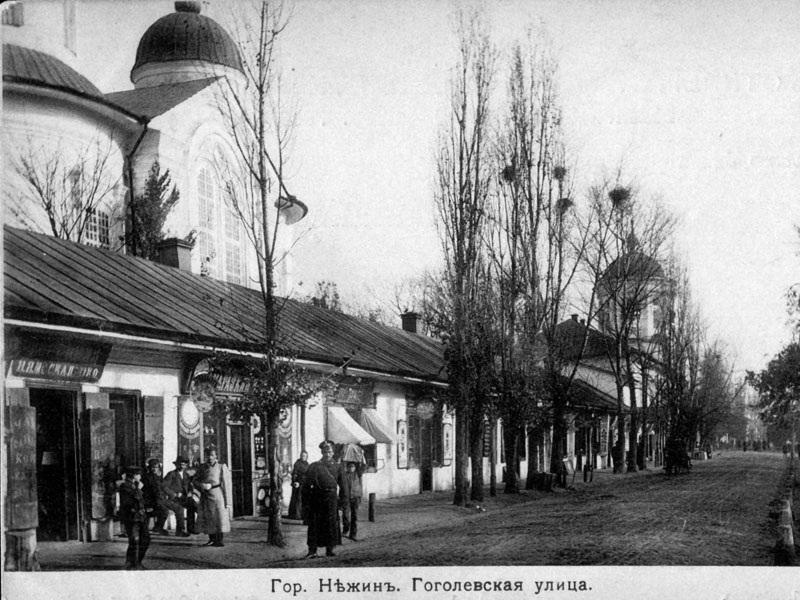 Торгові лавки вздовж центральної міської вулиці на старій світлині
