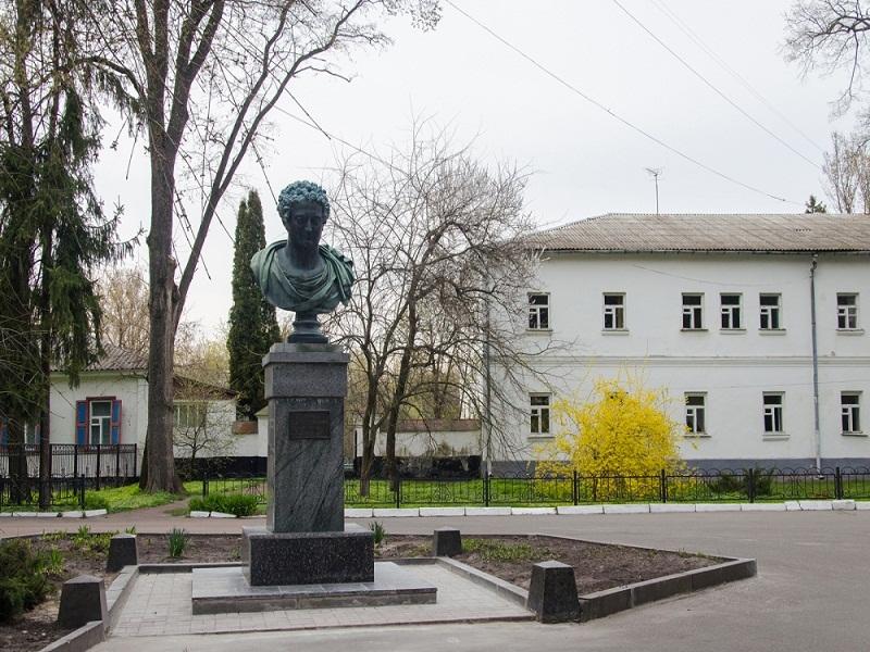 Бюст Олександра Безбородька перед університетом